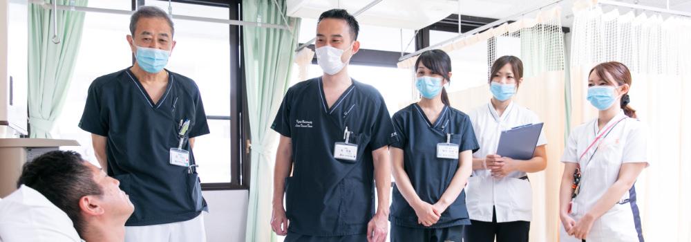 患者のケアを行うスタッフの写真