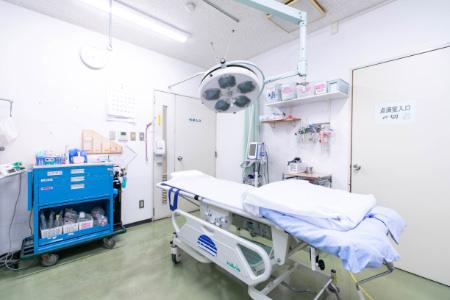 手術中にモニターを確認する写真