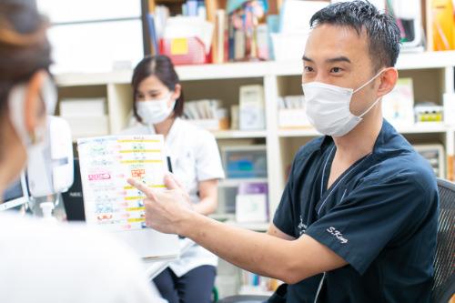 患者と話す医師の写真
