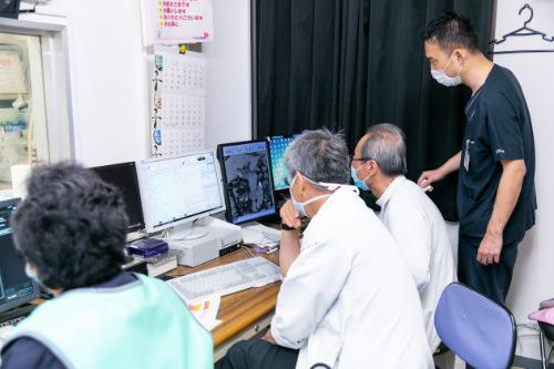 モニターを確認する医師の写真
